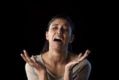 Het aantrekkelijke droevige en wanhopige Latijnse vrouw gefrustreerd schreeuwen lijdend aan problemen in droefheid en spanning Stock Foto