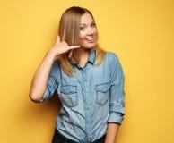 Het aantrekkelijke gelukkige meisje gesturing met vingers roept me Royalty-vrije Stock Afbeeldingen