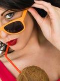 Het aantrekkelijke Gezonde Jonge Vrouw Drinken van een Verse Kokosnoot Thr royalty-vrije stock afbeeldingen