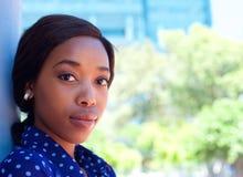 Het aantrekkelijke jonge Afrikaanse Amerikaanse vrouw kijken Royalty-vrije Stock Foto