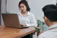Het aantrekkelijke jonge Aziatische vrouw werken met laptop met de bedrijfsmens die een wit geven nam in bureau op valentijnskaar Royalty-vrije Stock Afbeeldingen