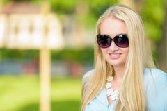 Het aantrekkelijke jonge blonde vrouw glimlachen Stock Afbeeldingen