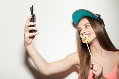 Het aantrekkelijke jonge hipstermeisje fotografeert Stock Afbeelding