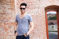 Het aantrekkelijke jonge mannelijke model glimlachen Royalty-vrije Stock Afbeelding