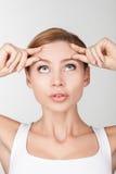 Het aantrekkelijke jonge meisje geeft van haar huid Royalty-vrije Stock Fotografie