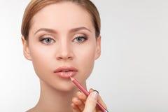 Het aantrekkelijke jonge meisje heeft haar gekwetst gezicht Stock Foto's