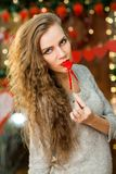 Het aantrekkelijke jonge meisje viert valentijnskaart` s dag Royalty-vrije Stock Foto's