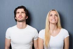 Het aantrekkelijke jonge paar bevindende denken stock foto's