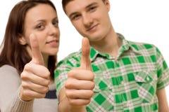 Het aantrekkelijke jonge paar geven duimen omhoog Royalty-vrije Stock Foto