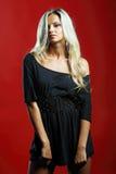 Het aantrekkelijke jonge sexy blondevrouw stellen in studio Stock Fotografie
