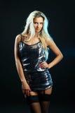 Het aantrekkelijke jonge sexy blondevrouw stellen in studio Royalty-vrije Stock Foto's