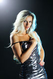 Het aantrekkelijke jonge sexy blondevrouw stellen in studio Stock Afbeelding