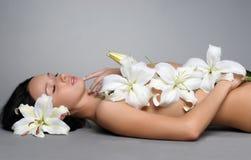 Het aantrekkelijke jonge vrouw ontspannen Stock Fotografie