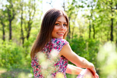 Het aantrekkelijke jonge vrouw ontspannen in het de zomerpark Royalty-vrije Stock Afbeeldingen