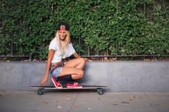 Het aantrekkelijke jonge vrouw schaatsen Royalty-vrije Stock Foto's