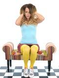 Het aantrekkelijke jonge vrouw spelen met haar haar Stock Afbeeldingen