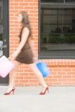 Het aantrekkelijke jonge vrouw winkelen Royalty-vrije Stock Foto's