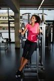 Het aantrekkelijke jonge vrouw zo gelukkig voelen neemt sport in dienst Stock Fotografie