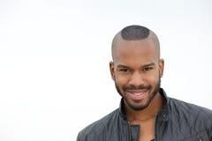 Het aantrekkelijke jonge zwarte mens glimlachen Royalty-vrije Stock Afbeeldingen