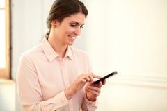 Het aantrekkelijke Kaukasische vrouw texting met mobiel haar royalty-vrije stock foto