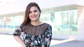 Het aantrekkelijke meisje danst, openlucht glimlacht en loopt stock video