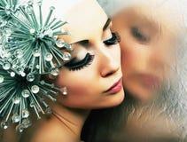 Het aantrekkelijke meisje denkt in spiegel na. Stock Afbeeldingen