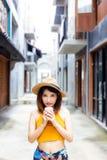 Het aantrekkelijke meisje houdt een kop van koffie stock afbeelding