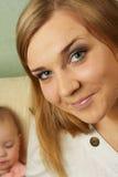 Het aantrekkelijke meisje met kind Royalty-vrije Stock Afbeelding