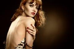 Het aantrekkelijke meisje ontkleedt in studio Stock Foto's