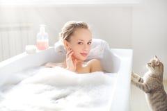 Het aantrekkelijke meisje ontspannen in bad Royalty-vrije Stock Fotografie
