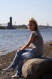 Het aantrekkelijke meisje op kust. royalty-vrije stock fotografie