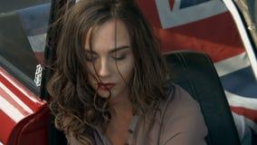 Het aantrekkelijke meisje stellen binnen de auto stock footage