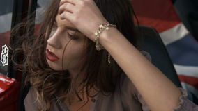Het aantrekkelijke meisje stellen binnen de auto stock video