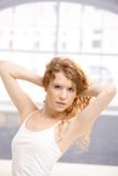 Het aantrekkelijke meisje stellen in dansstudio Stock Foto's