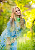 Het aantrekkelijke meisje stellen in jeans openlucht Royalty-vrije Stock Fotografie