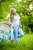 Het aantrekkelijke meisje stellen in jeans openlucht Stock Foto