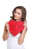 Het aantrekkelijke meisje stellen met een hartteken Royalty-vrije Stock Foto