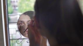 Het aantrekkelijke meisje van toepassing zijn maakt omhoog op haar brows 4K stock video