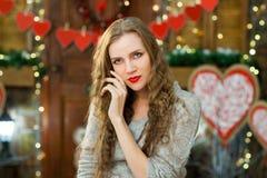 Het aantrekkelijke meisje viert valentijnskaart` s dag Stock Fotografie