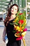 Het aantrekkelijke meisjes mooie bloemen kussen stelt royalty-vrije stock foto's