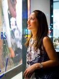 Het aantrekkelijke, modieuze, modieuze jonge Aziatische vrouwenvenster winkelen Royalty-vrije Stock Foto