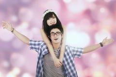 Het aantrekkelijke paar met licht schittert achtergrond stock foto