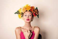 Het aantrekkelijke portret van het blondemeisje Stock Fotografie