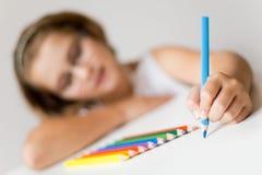 Het aantrekkelijke schoolmeisje schilderen Royalty-vrije Stock Foto
