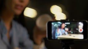 Het aantrekkelijke schoonheid blogger het aantonen product van de huidzorg aan camera, invloed stock videobeelden