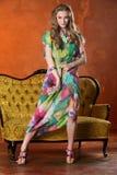 Het aantrekkelijke slanke blonde model stellen en status in volledige hoogte op hoge hielen Royalty-vrije Stock Foto's