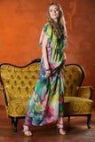 Het aantrekkelijke slanke blonde model stellen en status in volledige hoogte op hoge hielen Stock Foto's