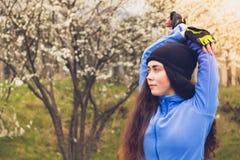 Het aantrekkelijke sportenmeisje doet de krommingen aan opwarming alvorens u loopt royalty-vrije stock afbeeldingen