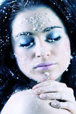 Het aantrekkelijke vrouw bevriezen in de winter Stock Foto's