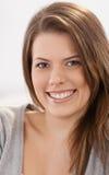 Het aantrekkelijke vrouw glimlachen stock foto's